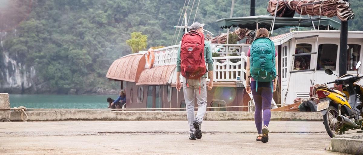 mochilas-viaje-pareja-puerto